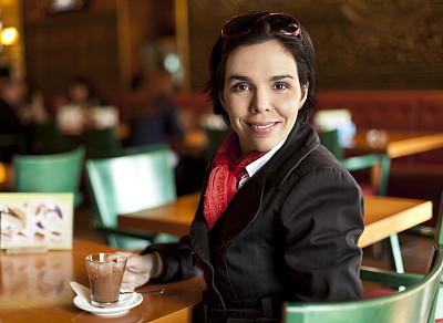 女人,餐馆,咖啡店,休闲活动,热饮,饮料,仅成年人,青年人,无酒精饮料