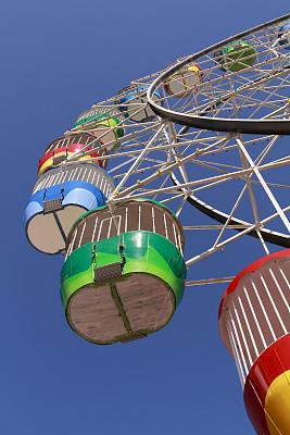 摩天轮,游乐园,垂直画幅,天空,公园,旅游目的地,蓝色,旅行者,户外,旅游嘉年华