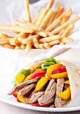鸡肉卷,薯条,酸奶黄瓜,三明治包,墨西哥玉米煎饼,皮塔饼,绿酱,玉米饼,垂直画幅,格子烤肉