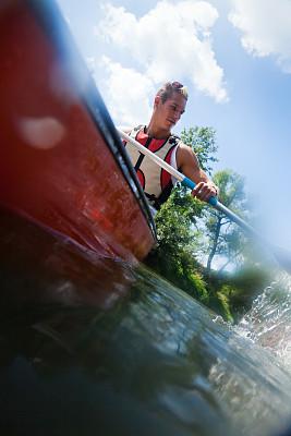 划独木舟,青年男人,内卡河,划船比赛,独木舟,垂直画幅,水,休闲活动,巴登-符腾堡州,努力