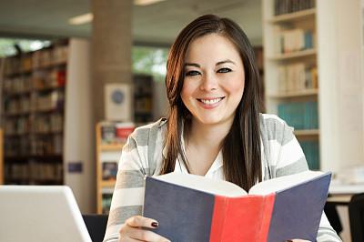 学生,美,笔记本电脑,绿色眼睛,水平画幅,注视镜头,白人,仅成年人,青年人,彩色图片