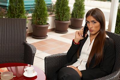 女人,手机,餐馆,露天咖啡馆,饮料,图像,经理,仅成年人,青年人,信心