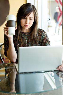 笔记本电脑,青年女人,纳瓦霍族,垂直画幅,选择对焦,青少年,注视镜头,家庭生活,电子商务,白人