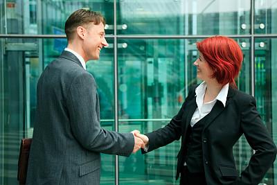 商务人士,办公大楼,平衡折角灯,前面,办公室,30到39岁,水平画幅,伴侣,白人,男商人