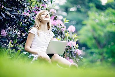 上网本,青年女人,自然,使用手提电脑,枝繁叶茂,夏天,草,仅成年人,自由,知识