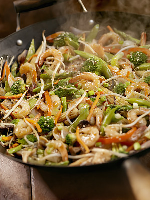 虾,蔬菜,迷你型玉米,mange-tout,炒菜锅,豆芽,西班牙大葱,垂直画幅,格子烤肉,高视角
