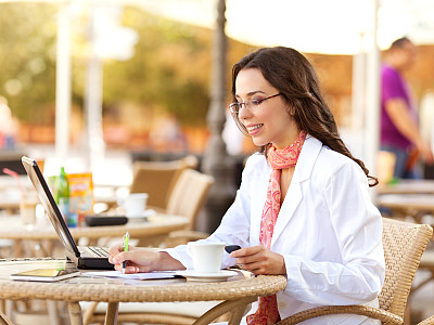 青年人,户外,女商人,夏天,周末活动,仅成年人,眼镜,信心,技术,计算机