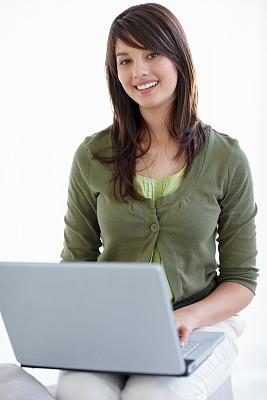 女人,使用手提电脑,互联网,儿童,可爱的,垂直画幅,美,笔记本电脑,快乐