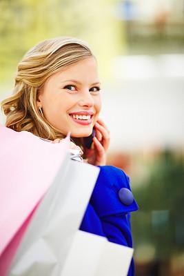 可爱的,拿着,青年女人,手机,购物袋,英文字母a,垂直画幅,美,女人,快乐