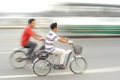 机动脚踏车,自行车篮子,青少年,车轮,水平画幅,进行中,篮子,男孩,街道,成年的