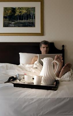客房服务,垂直画幅,早晨,白人,男性,不看镜头,网上冲浪,技术,计算机,公司企业