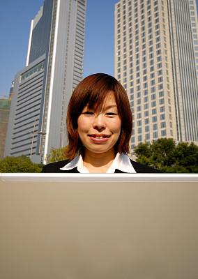 户外,垂直画幅,笔记本电脑,日本人,城镇,技术,计算机,公司企业,街道,成年的