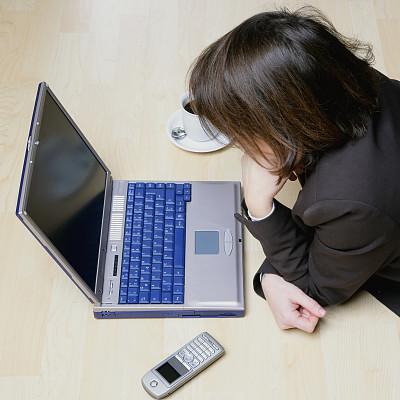 笔记本电脑,女人,二进制码,办公室,美,在线聊天,休闲活动,电子邮件,电话机,硬木地板