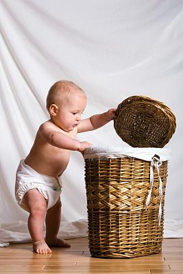 洗衣篮,婴儿,羊毛帽,问号,仅一名男婴,垂直画幅,进行中,硬木地板,篮子,白人