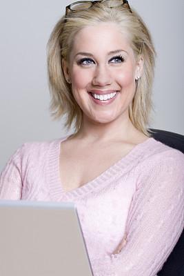 金色头发,女商人,使用手提电脑,留白,自然美,垂直画幅,正面视角,半身像,仅成年人,青年人