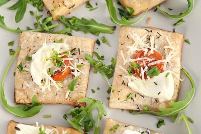 奶酥,莫扎瑞拉奶酪,西红柿,鱼子烤面包,红辣椒粉,图像聚焦技术,选择对焦,饮食,水平画幅,无人