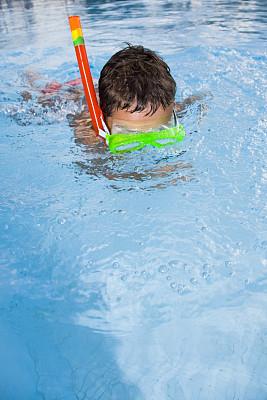 游泳池,浮潜,儿童,游泳护目镜,垂直画幅,晒黑,水,湿,人,泳装