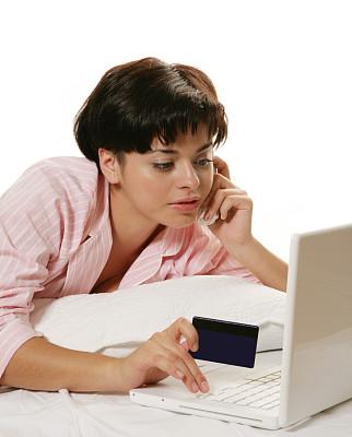 商店,电子邮件,垂直画幅,笔记本电脑,电话机,信用卡,青年人,在家购物,技术,卧室