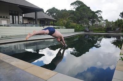 游泳池,水,水平画幅,进行中,嬉戏的,运动短裤,运动,松弛练习,短裤,乐趣