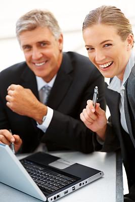 商务人士,垂直画幅,女人,笔记本电脑,快乐,人,肖像,使用手提电脑,女孩,现代