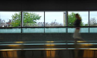机场,自动人行道,窗户,女人,仅一个女人,水平画幅,中央大厅,玻璃,商务旅行,人