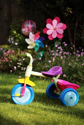 三轮车,童年,多色的,转动的风车,垂直画幅,车轮,无人,室外游戏器具,草坪,户外