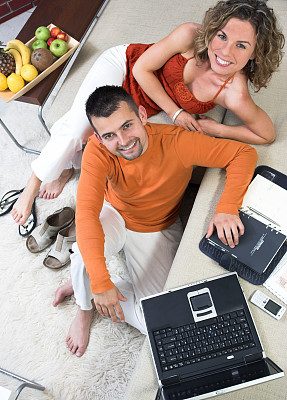青年人,异性恋,幸福,起居室,垂直画幅,家庭生活,男性,仅成年人,网上冲浪,知识
