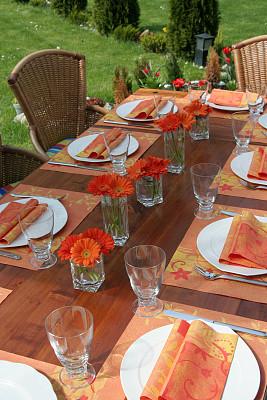 户外,餐桌,垂直画幅,无人,椅子,会议,餐刀,玻璃,现代,植物