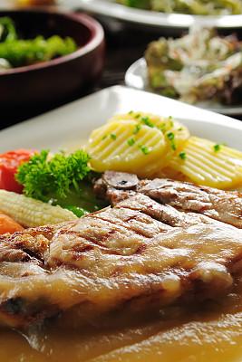 牛排,餐具,垂直画幅,饮食,无人,排骨,芦笋,开胃酱,肉,餐馆