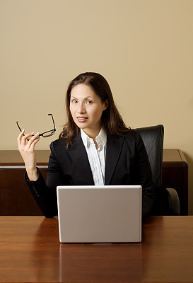 女商人,垂直画幅,办公室,套装,仅成年人,眼镜,技术,计算机,公司企业,书桌