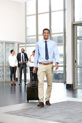 酒店,男性,青年人,轮式行李,图像聚焦技术,室内,选择对焦,美人,商务旅行,套装