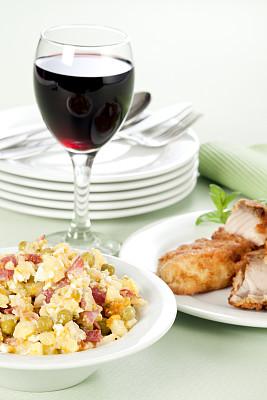 精制土豆,沙拉,鲤鱼,土豆沙拉,餐垫,垂直画幅,选择对焦,葡萄酒,胡萝卜,无人