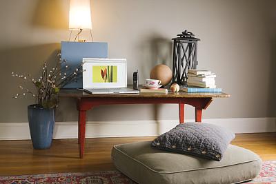 书桌,远程工作,住宅房间,笔记本电脑,住宅内部,舒服,边几,家庭工作间,整洁的房间,夜晚