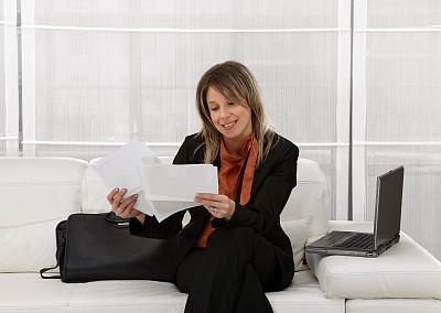 青年人,女商人,套装,文档,仅成年人,沙发,白色,彩色图片,技术,计算机