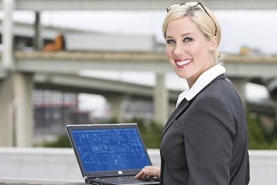 注视镜头,户外,女商人,使用手提电脑,自然美,留白,半身像,套装,图像,仅成年人