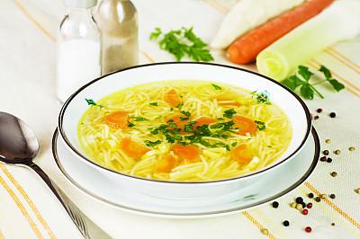 鸡肉面条汤,胡萝卜,碗,欧芹,鸡汤,蔬菜汤,肉汤,胡椒粉瓶,餐具,芳香的