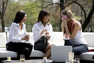 友谊,二郎腿,休闲活动,饮料,图像,仅成年人,长发,现代,青年人,彩色图片