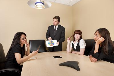 商务会议,少量人群,半身像,饼图,男商人,经理,男性,不看镜头,仅成年人,青年人