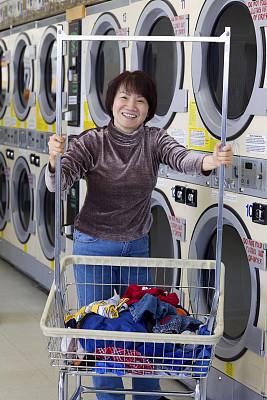 自动洗衣店,女人,成年的,小企业,亚洲,身材矮小,投币式,洗衣机,干衣机,垂直画幅
