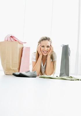 留白,女孩,购物袋,室内地面,垂直画幅,女人,幸福,休闲活动,顾客,拿着