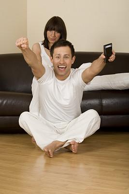 青年伴侣,看电视,垂直画幅,休闲活动,参观者,白人,男性,沙发,运动,成年的