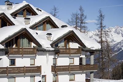 山,旅游目的地,房屋,奥斯塔山谷,天空,度假胜地,水平画幅,雪,无人,白色