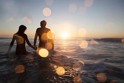 海洋,水上运动服,水,水平画幅,侧面像,手牵手,伴侣,夏天,友谊,海浪