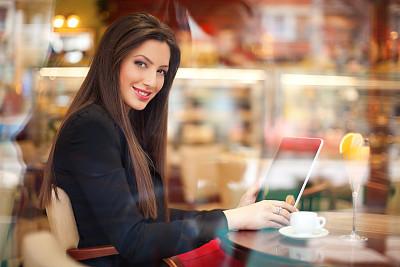 女商人,餐馆,刹车,休闲活动,饮料,仅成年人,青年人,彩色图片,技术,计算机