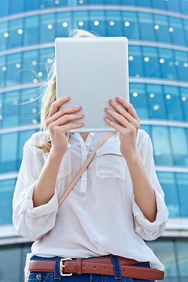 女人,平板电脑,垂直画幅,半身像,休闲活动,仅成年人,现代,网上冲浪,想法,青年人
