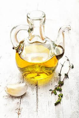 橄榄油,百里香,大蒜,小酒壶,优质初榨橄榄油,玻璃瓶,保温瓶,蒜瓣,垂直画幅,留白