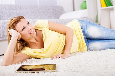 家庭生活,金色头发,女人,地毯,自然美,休闲活动,周末活动,仅成年人,明亮,现代
