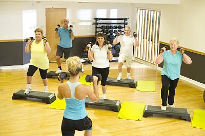 指导教师,老年人,有氧踏板操,有氧运动教师,手哑铃,地板,复合地板,单层台阶,健身设备,学校体育馆