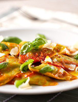 意大利馄饨,番茄沙司,意大利乳清干酪,搓碎干酪,垂直画幅,西红柿,明亮,白色,彩色图片,意大利食品