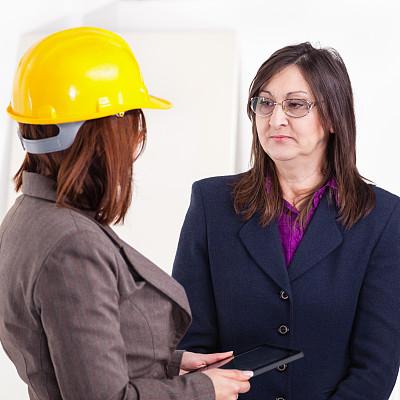 女商人,建筑承包商,工作年长者,套装,商务关系,男商人,安全帽,男性,仅成年人,眼镜